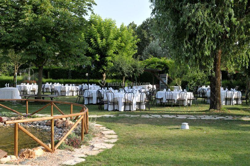 Parco con tavoli