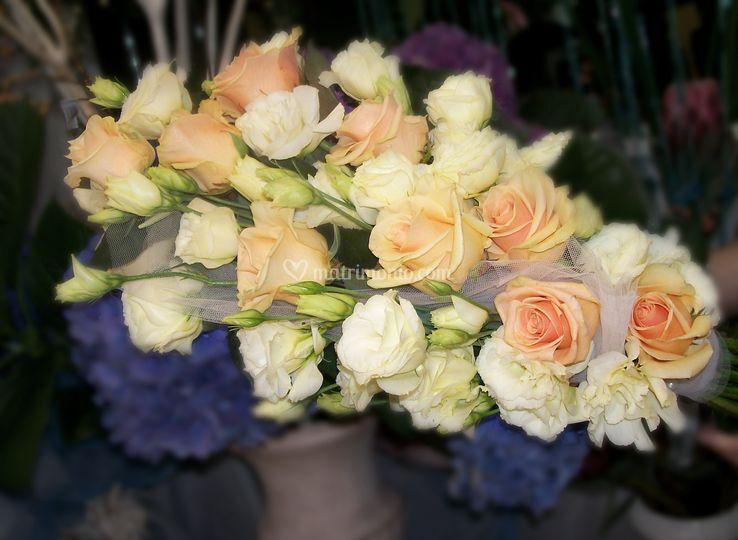 Fascio con rose e lisiantus