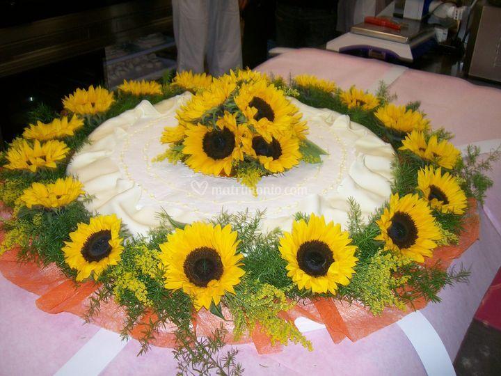 Torta Matrimonio Girasoli : Torta con girasoli di asso fiori foto