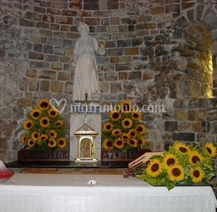 Composizione di fiori per la chiesa