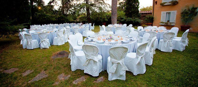 Giardino con i tavoli
