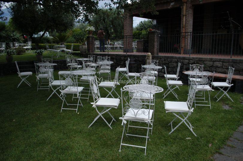 Sedute e tavoli in ferro bianco