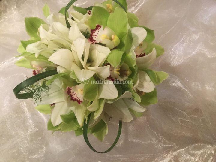 Bouquet con fiori orchidea