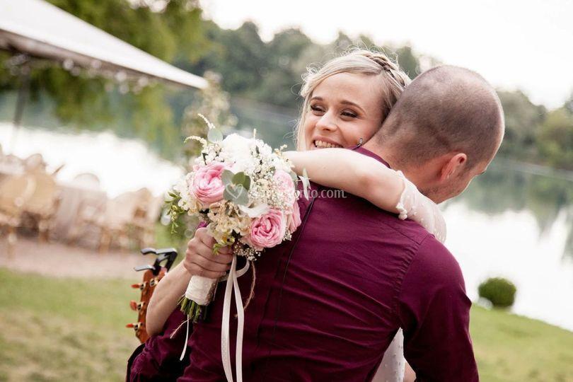 Abbraccio con la sposa