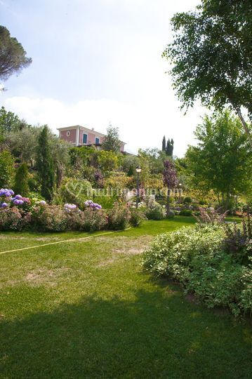 Il giardino con veduta della villa
