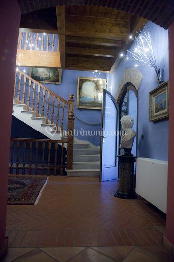 Ingresso della villa con scala che porta al piano superiore