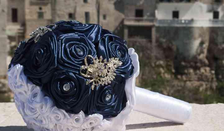 Bouquet con rose bianche e blu