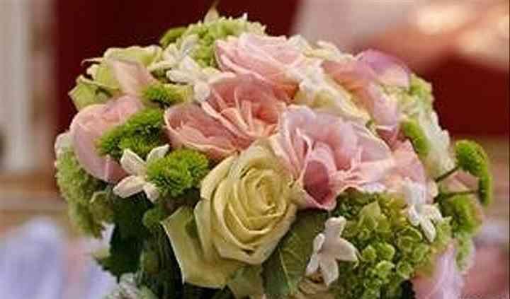 Rose rosa ed avorio, bovardia, bottoncini verdi e viburnum.