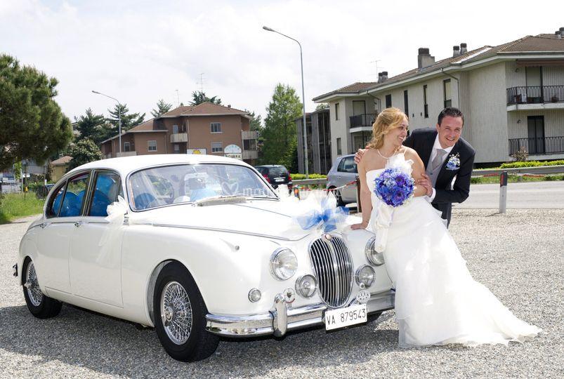 Sposi divertiti con la Jaguar