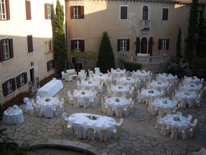 Allestimento cena in Cortile