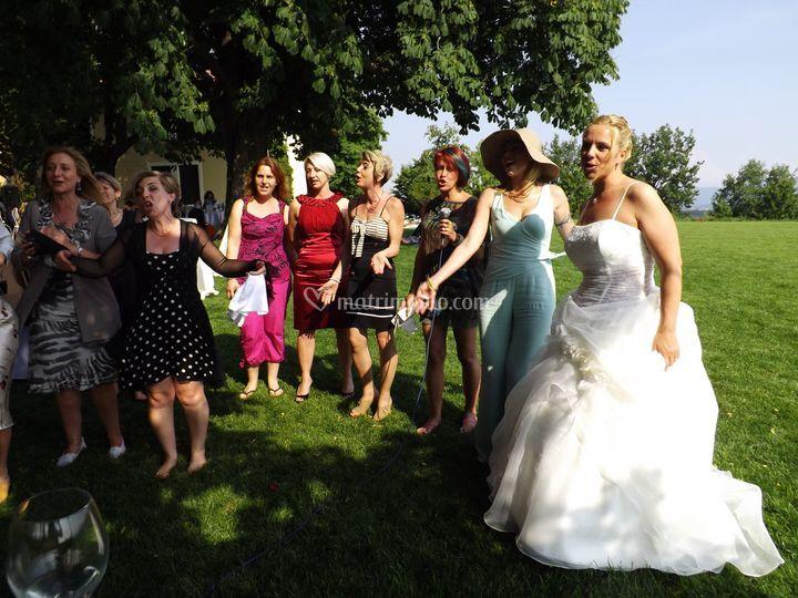 Balli e canti con gli sposi