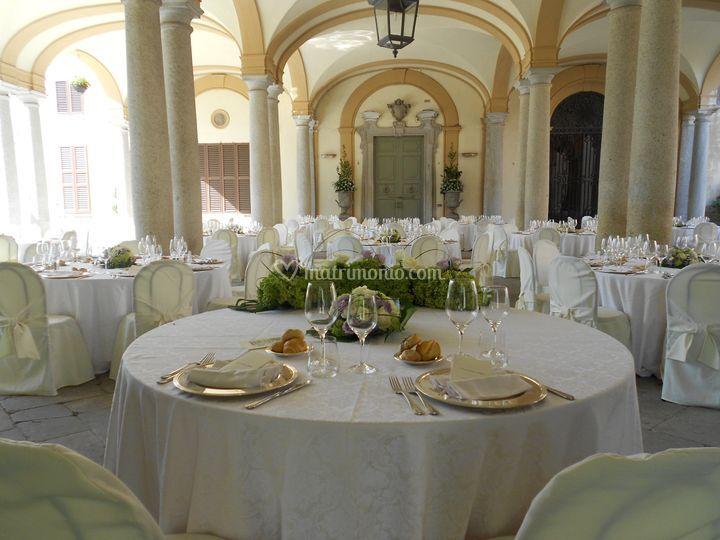 Tavolo sposi nel porticato