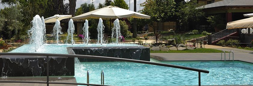 Elegante zona a bordo piscina