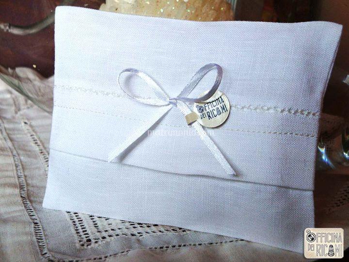 Tessuto: lino bianco con piccoli ricami