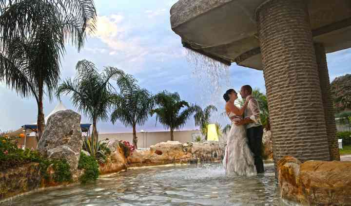 Sposi sotto la fontana
