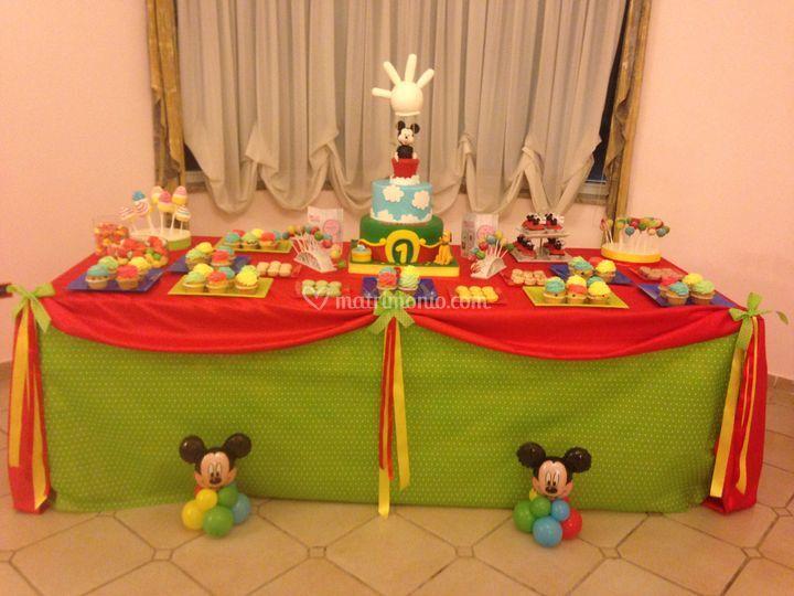Allestimento tavolo dolci bambini