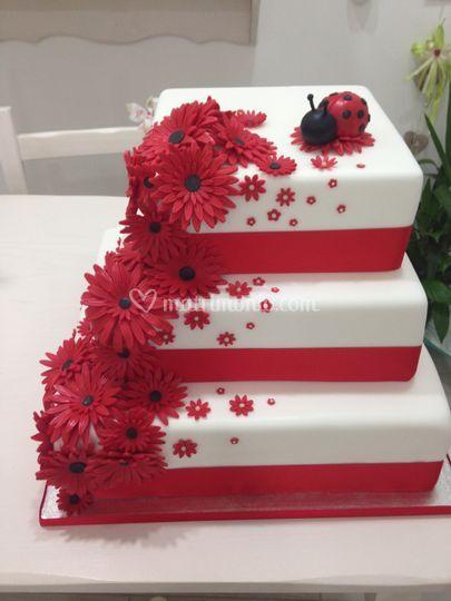 Torta coccinella e fiori rossi
