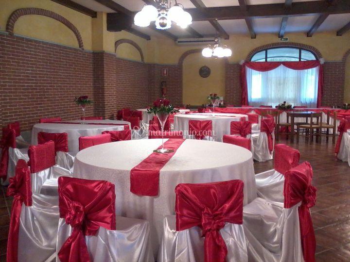 Salone rustico in rosso