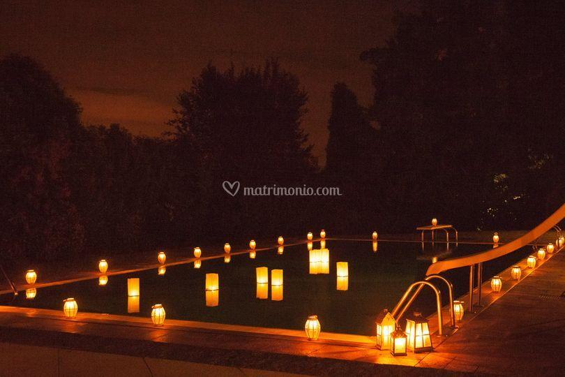 Piscina con lanterne