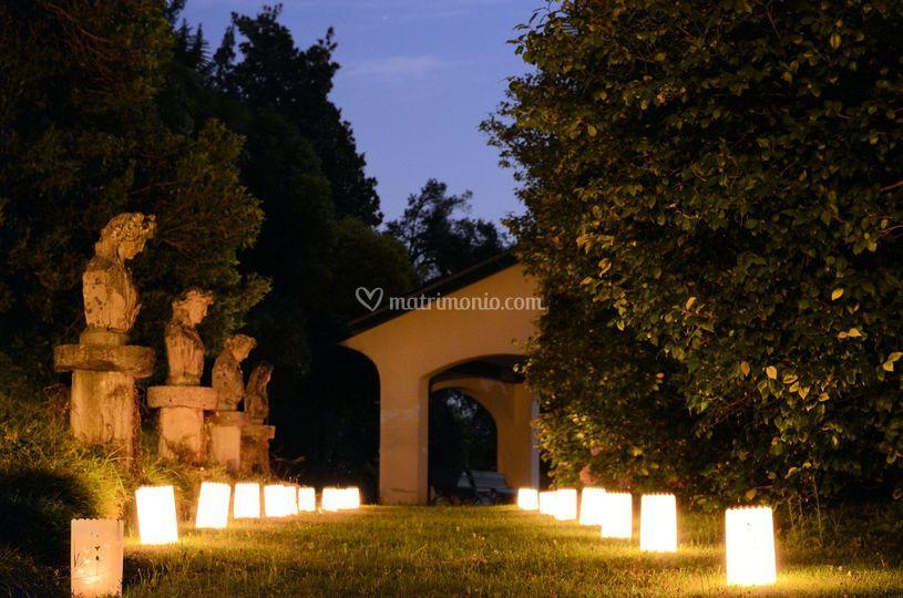 Viale ingresso illuminato