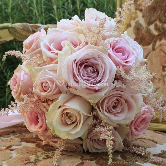 Bouquet sposa sferico con rose