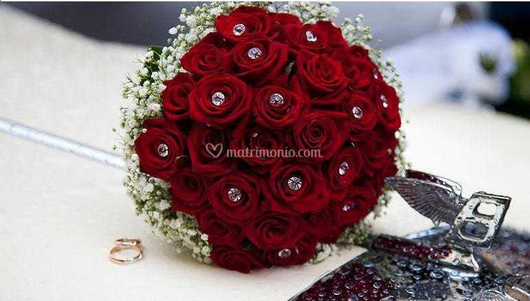 Bouquet Sposa Con Rose Rosse.Bouquet Gioiello Di Rose Rosse Di I Verdi Prati Dell Incanto Foto 41
