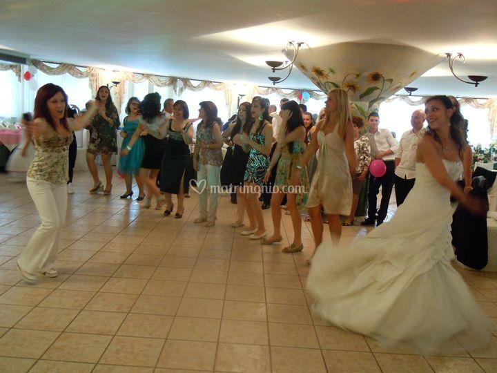 Sposa e invitati ballano con Claudia
