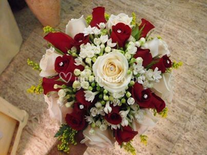 Bouquet con rose rosse