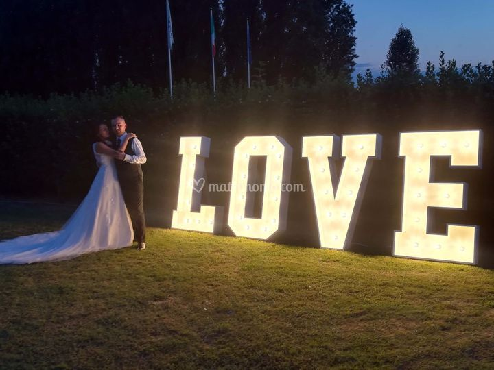 Love gigante luminoso