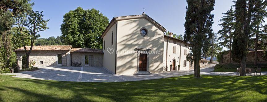 La chiesa con la Canonica
