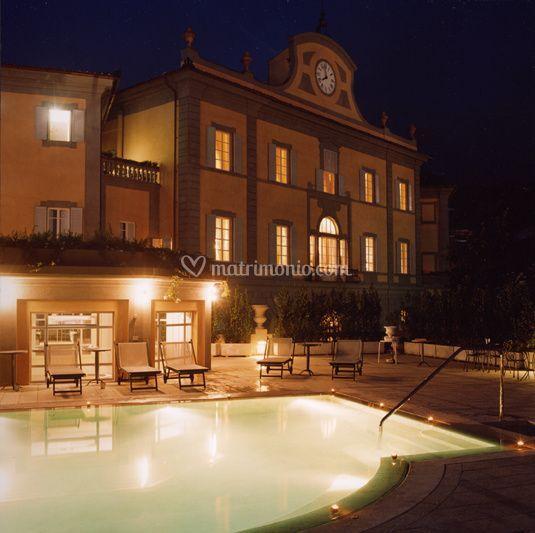 Front con piscina esterna notturno di bagni di pisa palace spa foto 61 - Bagni di pisa palace spa ...