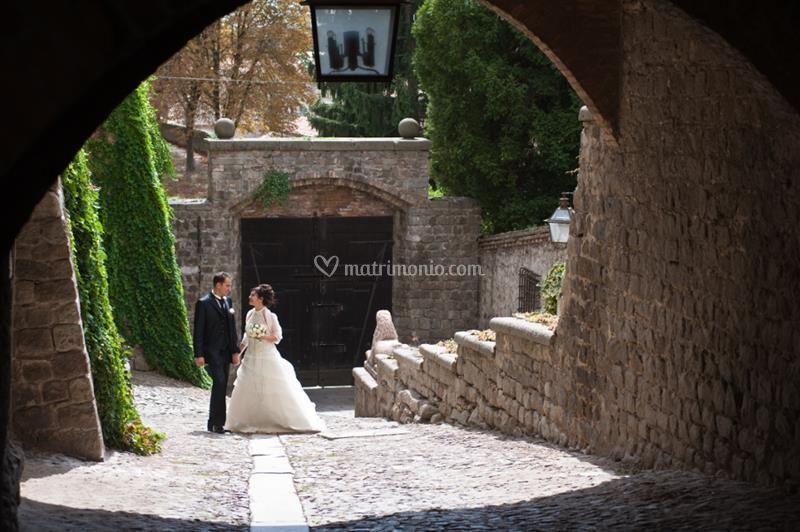 Gli sposi nel portico