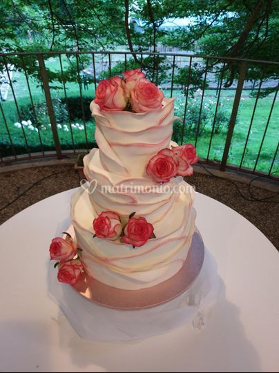 Wedding cake volants e rose