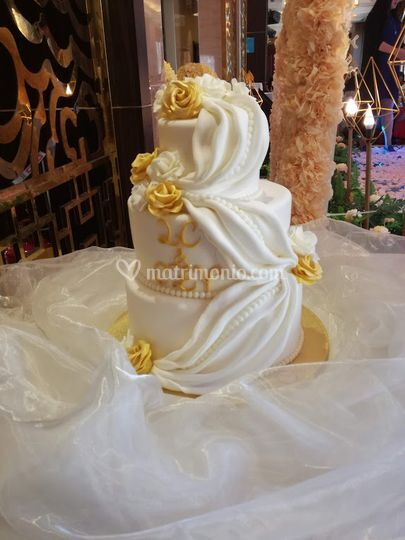 Wedding cake con rose e drappi