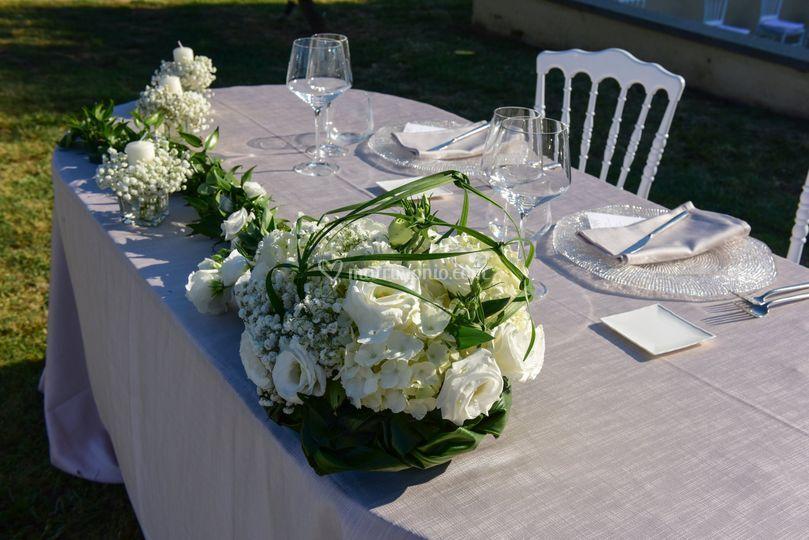 Tavolo degli sposi all'aperto