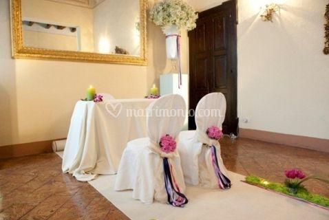 Addobbo altare e sedie sposi