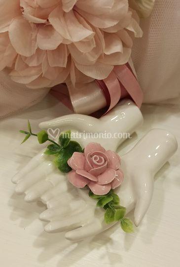 Mani con rosa linea romantica