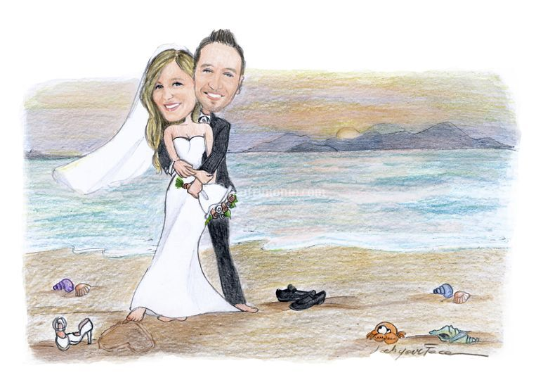Sposi abbracciati in spiaggia