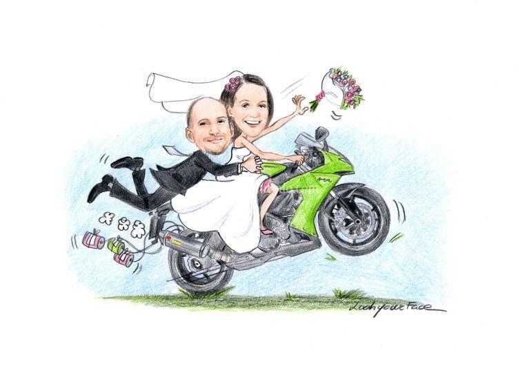 Sposi in moto che impenna
