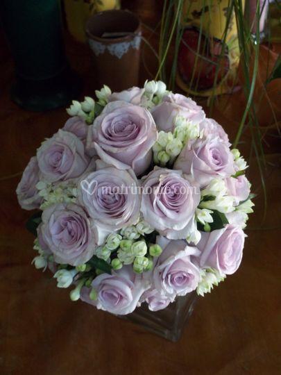 Bouquet sferico con rose lilla e bouvardia bianca