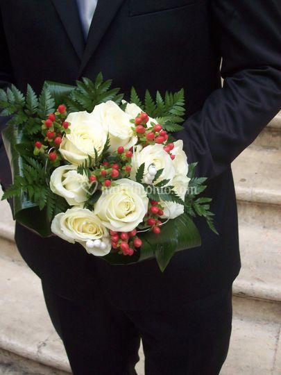 Bouquet tondo con rose bianche, hypericum rosso e foglie di felece e aspidistria
