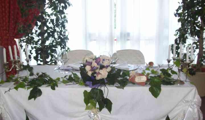 Addobbo tavolo sposi con anthurium previa e rose panna