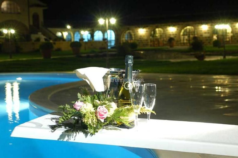 Champagne in piscina