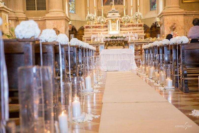 Navata chiesa con candele