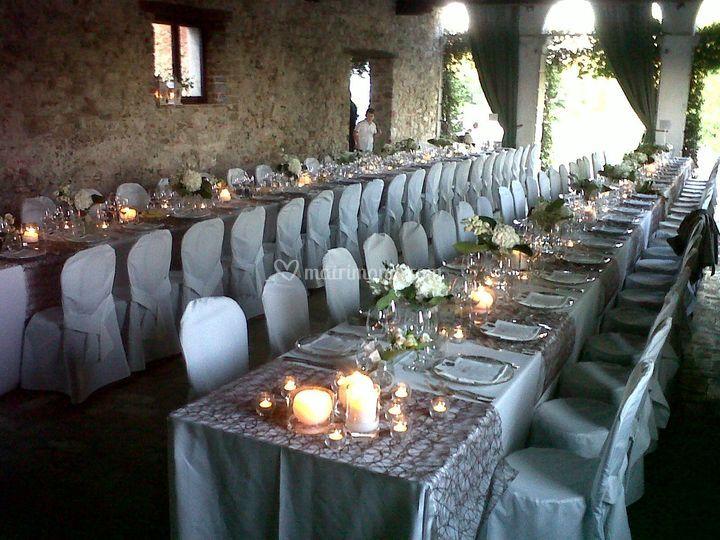 Allestimento tavoli imperiali nella barchessa