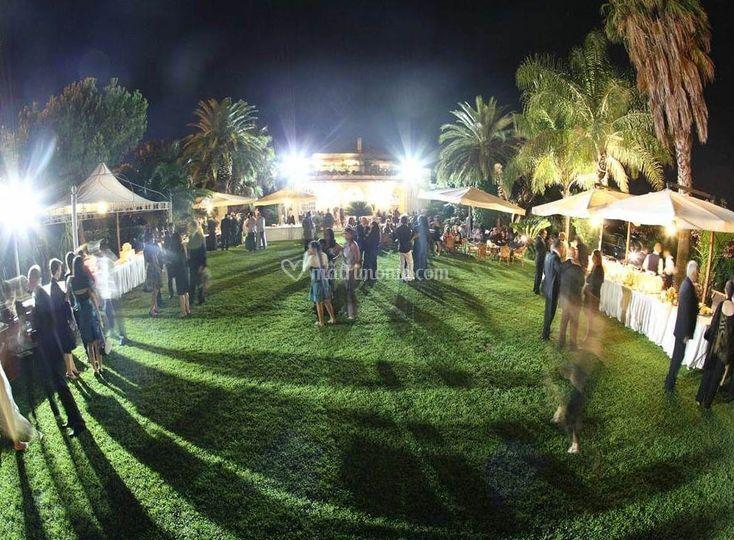 Buffet in giardino di sera