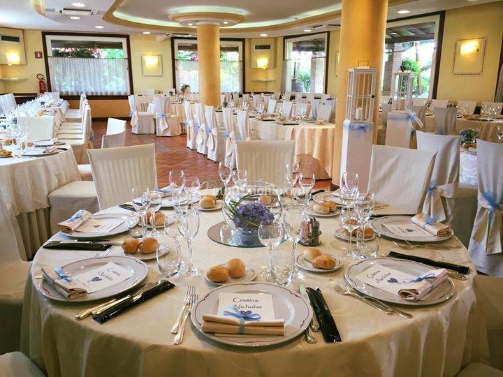 Tavolo Rotondo Di Hotel Ristorante Due Magnolie Foto 2