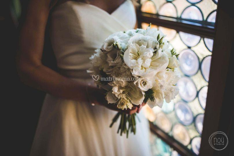 Bouquet con peonie bianche