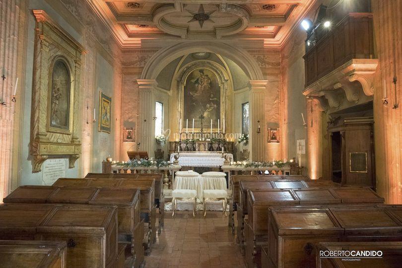 Chiesa navata con illuminazion