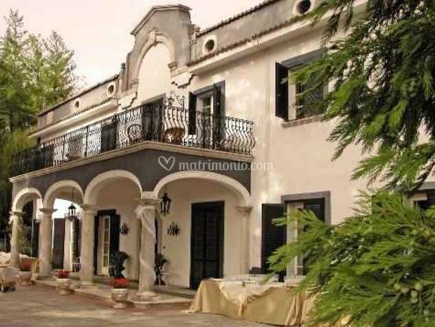 Facciata di villa pietra bianca foto for Foto ville in pietra